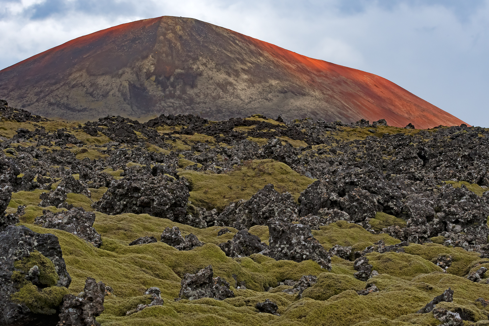 Berserkjahraun in herfstkleuren met de berg Drápuhlíðarfjall op de achtergrond