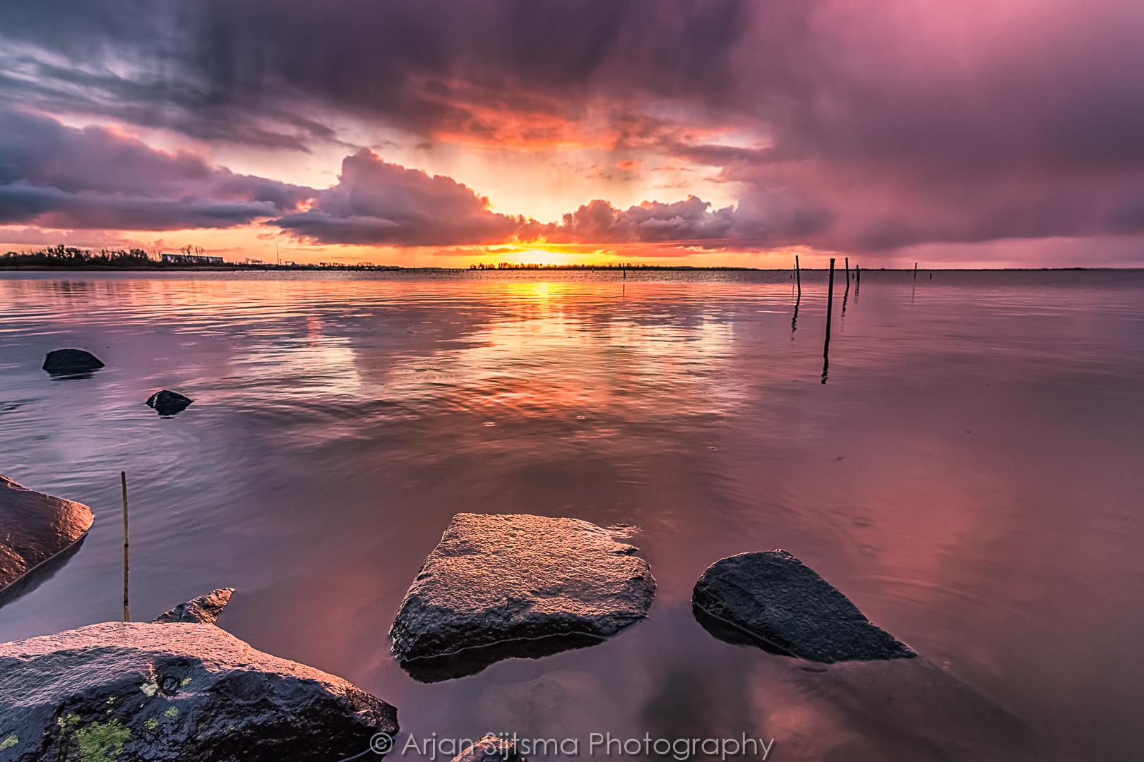 Een regenachtige zonsopkomst aan het Lauwersmeer