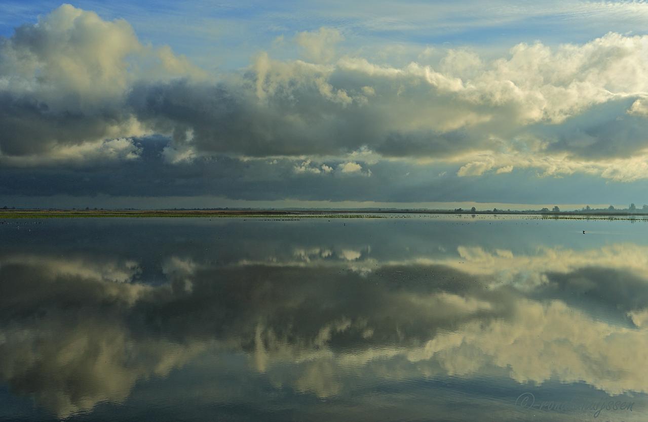 Gesandwicht tussen de wolken.